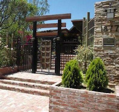 Bir süre önce eşi Reese Witherspoon'dan boşanan Ryn Philippe, yapımcısının da ısrarıyla 5 yatak odası, 7 banyosu, iki katlı bir spor salonu, havuzu, spa'sı, saunası olan Hollywood tepelerinde kurulmuş bu malikaneyi satın aldı.    Ünlülerin rüya evleri - 1  Ünlülerin rüya evleri - 2